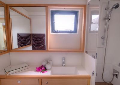 Port stern bathroom (2)